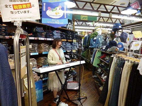 横浜ジーパンのトップで歌うエソラビト菜々子さん