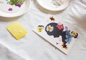 イラストを花で飾ります。