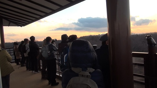 およそ30人が展望台で日没を待った
