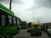 オートリキシャとバス