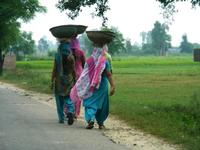 荷物を頭に乗せて運ぶ女性達