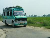 エメラルドグリーンの小型バス
