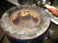 タンドールでパラタを焼く