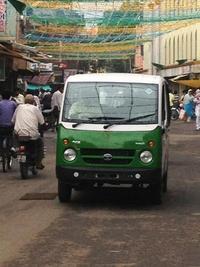 緑色の小型車