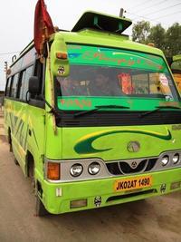 黄緑色のバス