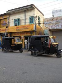 黒い三輪車2台