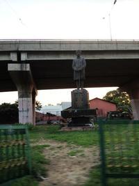 高架下の銅像