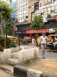 商店街を歩くシィクの男性