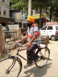 自転車にのる男性