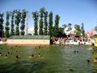 沐浴する人々