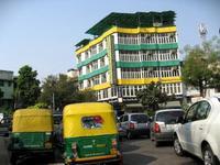 インドカラーのビルとリキシャ