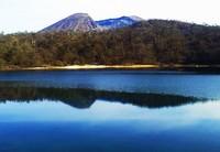 火口湖に 深く眠りし 山青く