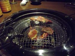 甘太郎 肉を焼きます。