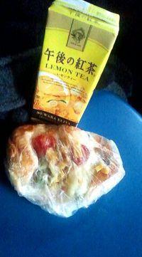 石和温泉「 ともえやベーカリー 」の「彩り野菜ピザ」。